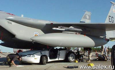 самолет придавил автомобиль