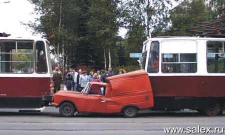 автомобиль сплющило между двумя трамваями