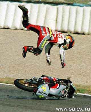 мотоциклист взлетел над своим мотоциклом