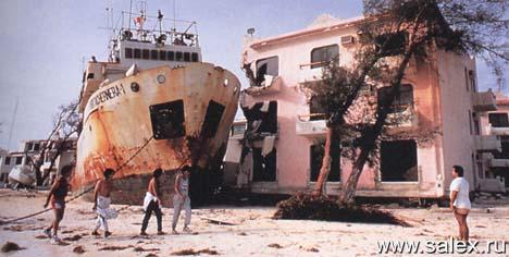 корабль стоит на земле рядом с домами