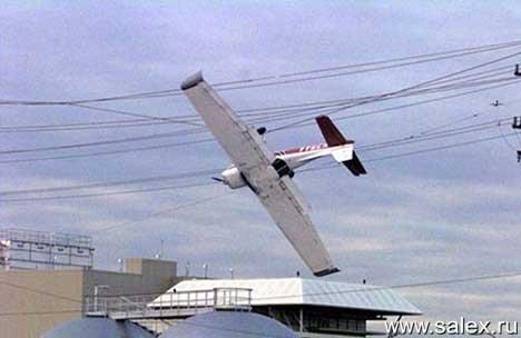 самолет повис на проводах