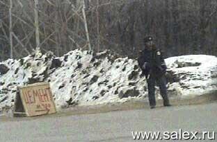 милиционер стоит у надписи цемент