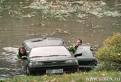 мужики вытаскивают свою машину из пруда