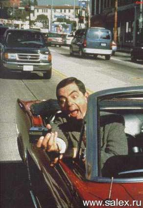 Мистер Бин фотографирует себя во время управления автомобилем