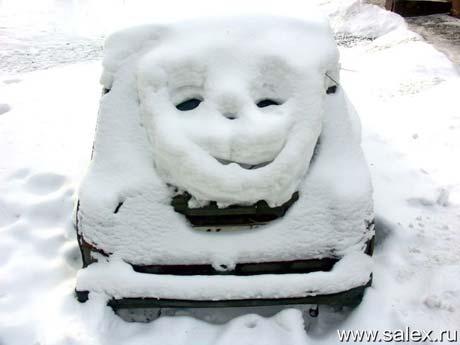 снег забавно лек на старенький автомобильчик