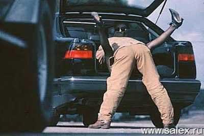 мужик на женщине в багажнике автомобиля