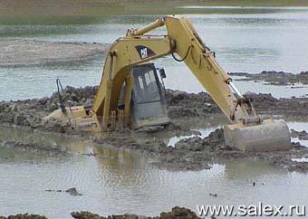 трактор закопался в грязи
